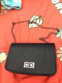 Mizzue黑色獨特紋理針織布旋扣鏈條肩帶斜背包