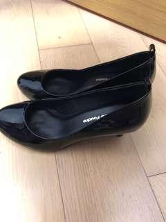 簡單黑色高跟鞋