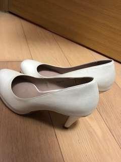 簡單白色高跟鞋