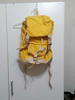 黃色後背包