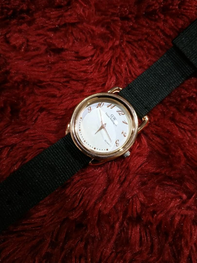 Jam tangan tali hitam