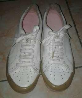 Sepatu kulit merk PUMA lisensi Vietnam.