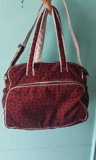 Tas bayi diaper bag popok muat banyak compartment saku dan lebar MEWAH merah maroon cantik elegan bahan suede beludru