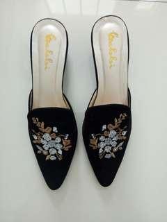 sepatu hitam bordir