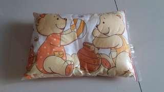 Bantal Peyang dan bantal biasa bayi