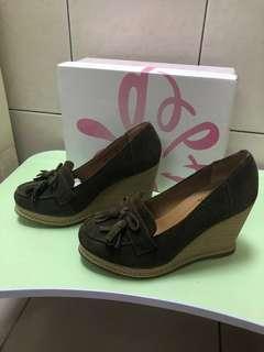 達芙妮墨綠色麂皮楔型鞋36號
