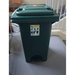 Toyogo 9.5/10 gd condition Step Bin (green color)hardly used
