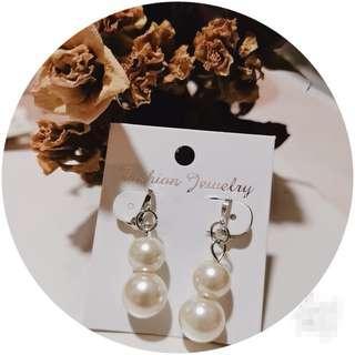 🚚 White Pearl Earrings