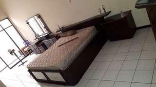 Tempat tidur kayu ukuran queen bonus meja kecil