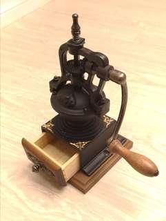 蘇格蘭古典歐式復古手搖磨豆機(BE8701)木質基底木柄握把古典鐵製造型 COFFEE GRINDER