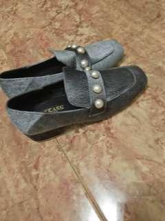 Sepatu abu hitam