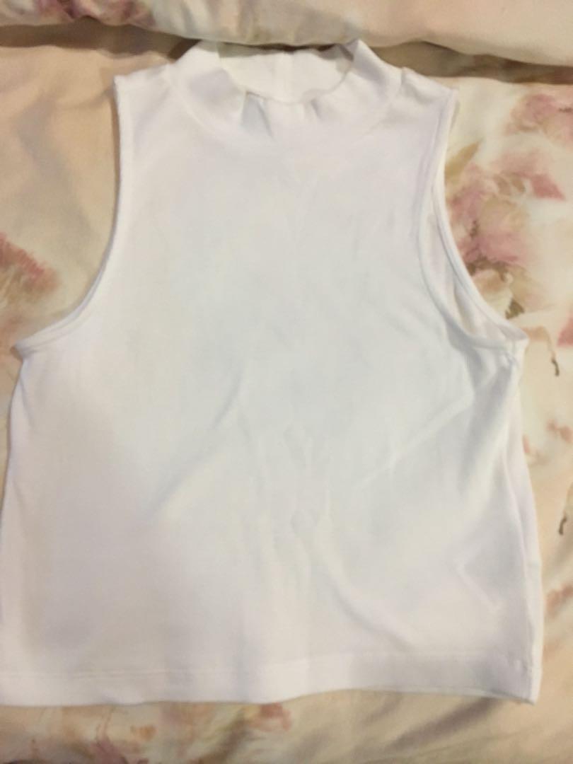 32ee56ca790 H&M plain white crop top, Fesyen Wanita, Pakaian, Tops di Carousell