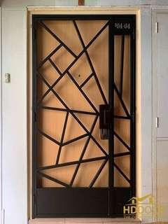 🚚 Black gate with wooden laminate door and locks