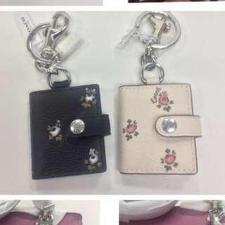 PICTURE FRAME BAG CHARM WITH DITSY FLORAL PRINT (COACH F66665)