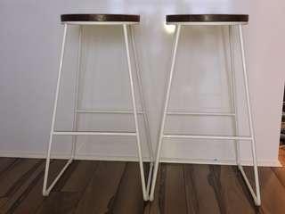 2 like-new stools white/woods