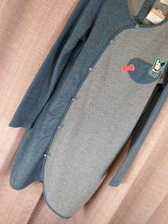 🐶《S.D.G》過季商品淺藍拼接條紋長T有小扣装飾。前面狗狗小口袋超可愛。$790