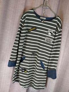 👩《過季商品》suisan藍灰拼接白條紋小貼布可愛長袖長T。$590