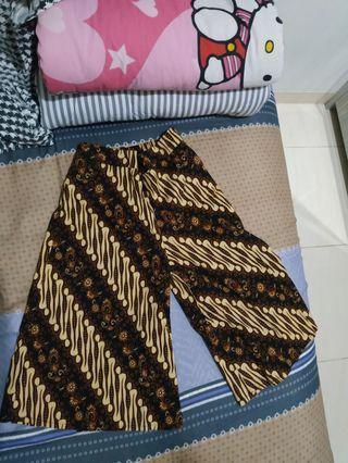 Celana batik selutut