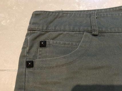 🚚 綠色口袋卯釘斜紋短褲