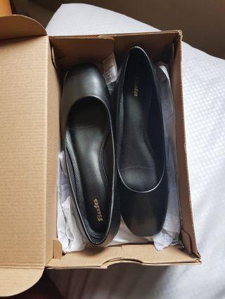 Low black heel pumps