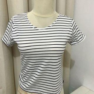 Kaos v-neck salur garis putih hitam black and white