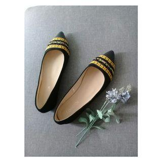 Flat pointy shoes