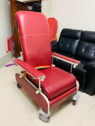 Mobile recliner chair for patients