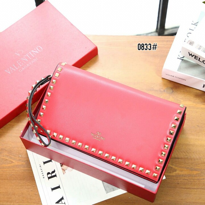 Valentino Garavani Medium Rockstud Clutch 0833#  H 550rb  Bahan kulit (smooth calf leather) Dalaman kain satin Kwalitas High Premium AAA Clutch uk 28x5x16cm Berat dengan box 1,1kg  Warna : -Black -Khaki -Red Include Box Valentino