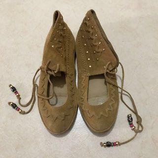 啡色麂皮民族綁帶鞋