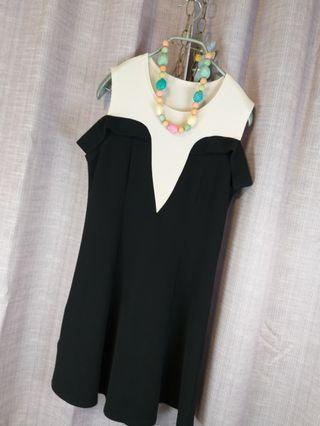 🙋♀️《夏裝來了》無袖小邊黑白相間洋裝。黑白前胸v型設計。手臂小連帶。$390