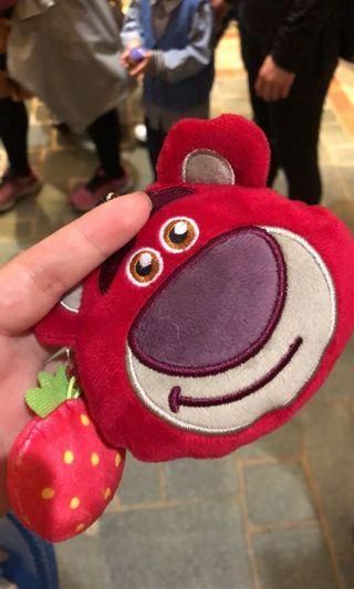 🚚 香港🇭🇰迪士尼帶回草莓熊/熊暴哥吊飾零錢包