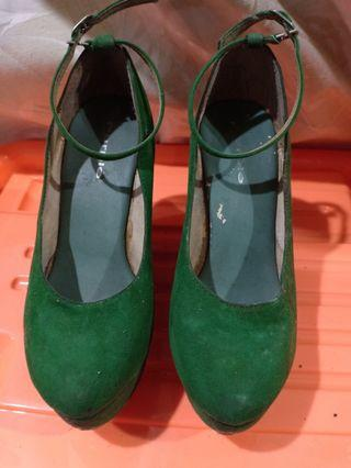 Wedges hijau beludru