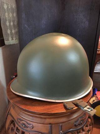 Topi besi askar lama
