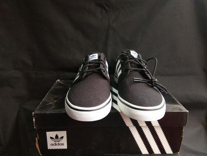 Sepatu adidas seeley