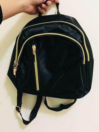 凡購買兩樣商品 贈送一個牛津布後背包呦