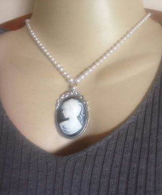 f2034c9d428 Hot Trend Lady Victorian cameo White and black Pearl Pendant necklace
