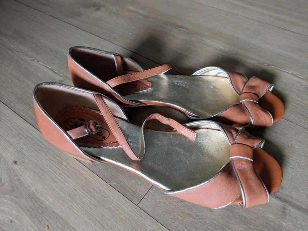 Brand New Full Leather Tan Sandals from Italy Size 40 / 9