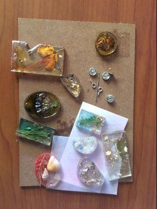 🚚 Resin pendants/rings and dried flowers
