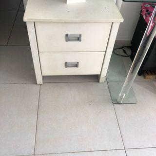 🚚 White drawers - bed side table