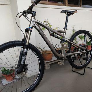 Specialized stumpjumper expert + shock pump + spare tyres- needs servicing