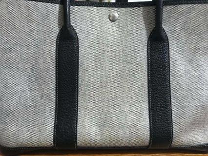 Hermes 愛馬仕 花園派對 gardenparty36   尺寸:36 x 25 x 17 cm 顏色:米+黑 材質:帆布小牛皮 狀況:價錢已反應在商品上了,外觀部分有稍微小小泛黃,可送保養,四角實拍,皆正常使用痕跡