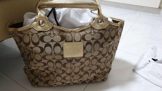 🚚 Coach Handbag - Authentic