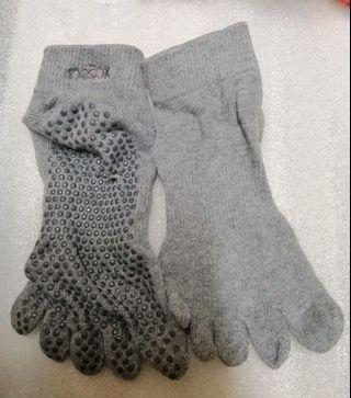 Non slip exercise socks with fitted toes size 38 shoes