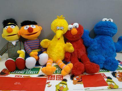Boneka Kaws x Sesame Street