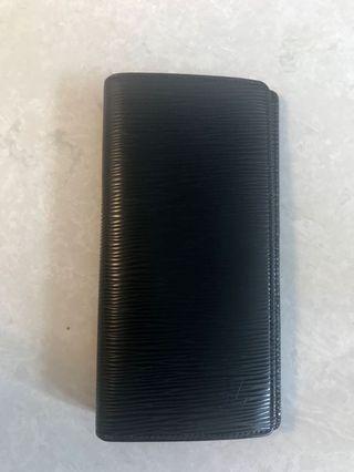 LV 黑色 long wallet 可放12張咭。