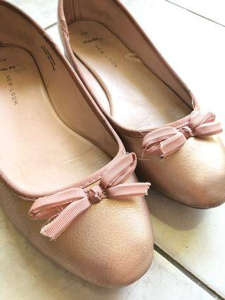 Flat shoes rose gold new look
