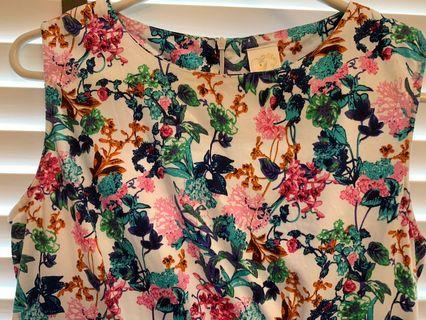 🚚 Floral Dress size L, 2 pockets at side. In good condition