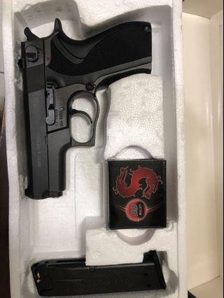 玩具槍附贈bb彈 (彈夾略鬆脫 上膛會掉落)