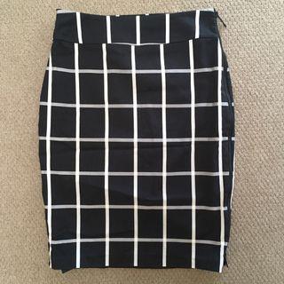 Portman's Black & White Grid Skirt (Size 10)