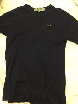 90% new cdg play tee navy blue ( size XL )